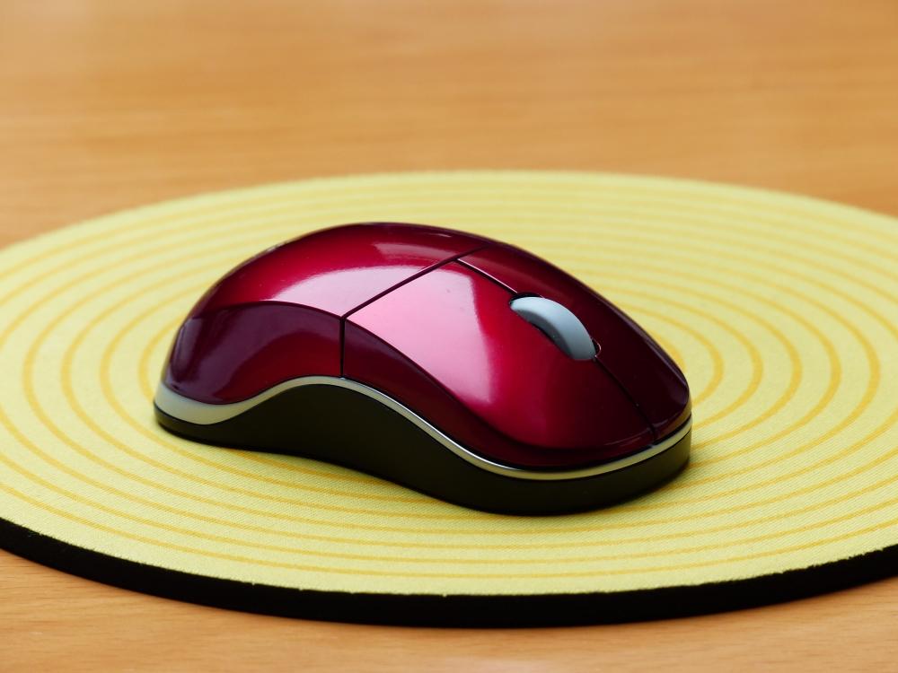 えんじ色の光沢のあるマウスの写真